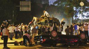personas-militar-Ankara-intento-Turquia_LNCIMA20160715_0179_5